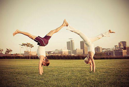 Natürlich kannst du Yoga auch draußen machen. Wir bieten nach Vereinbarung spezielle Outdoor-Kurse an.