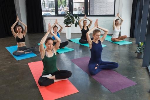 Wenn du Yoga nicht alleine machen möchtest kannst du gerne einen Kurs besuchen. Dort kannst du auf viele Gleichgesinnte treffen.