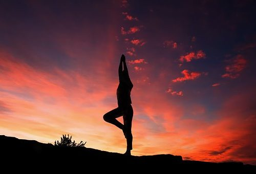 Am Tag und am Abend. Yoga ist ein Sport für jede Tageszeit.